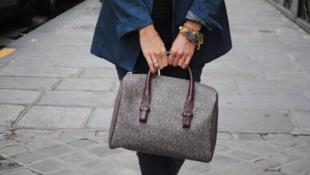 Produtos em couro, como bolsas, são os que ficariam mais caros se fossem produzidos na própria França.