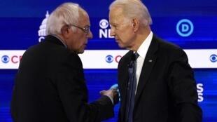 Les candidats à l'investiture démocrate américaine Bernie Sanders et Joe Biden, lors du dixième débat à Charleston, Caroline du Sud, le 25 février 2020.