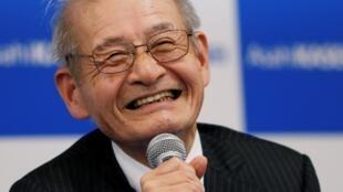 Japonês  Akira Yoshino se tornou o mais idoso agraciado com um Nobel, ao ser anunciado como o vencedor do prêmio de Química nesta quarta-feira (9).