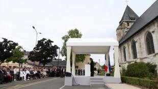 Tổng thống Pháp Emmanuel Macron đọc diễn văn trước nhà thờ Saint-Etienne-du-Rouvray gần Rouen (Pháp) ngày 26/07/2017, sau thánh lễ tưởng niệm linh mục Jacques Hamel bị khủng bố giết hại đúng một năm trước.