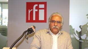 محمدعلی امیرمعزی در استودیو بخش فارسی رادیو بینالمللی فرانسه