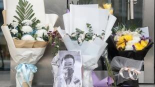 Di ảnh và bó hoa thương tiếc bác sĩ nhãn khoa Lý Văn Lượng qua đời vì bị lây nhiễm virus corona từ một bệnh nhân trước bệnh viện Vũ Hán, tỉnh Hồ Bắc, ngày 07/02/2020.
