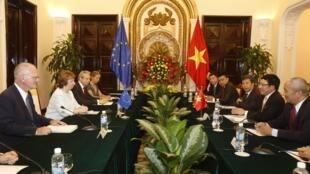 Đại diện ngoại giao Liên Hiệp Châu Âu, bà Catherine Ashton (thứ 2 từ trái sang) trong chuyến thăm Việt Nam ngày 12/08/2014.