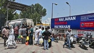 Des habitants font la queue à une station-service à Srinagar le 4 août 2019.