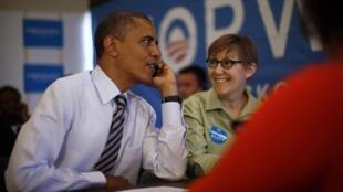 Barack Obama aux côtés d'une bénévole lors de sa visite dans un bureau de campagne, à Chicago, le 6 novembre 2012.