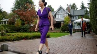 孟晚舟23日離家前往法院出庭,腳踝上帶着GPS跟蹤器。