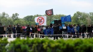 Активисты в Братиславе протестуют против визита в Словакию лидера французских крайне правых Марин Ле Пен. 13 мая 2019 г.