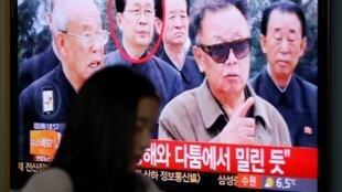 首爾火車站電視屏幕顯示張成澤與金正日當年的檔案照片2013年12月3日。
