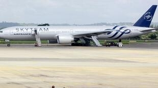 O Boeing 777 da Air france na pista do aeroporto de Mombassa, no Quênia.