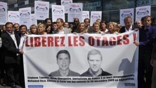 Акция в поддержку французских журналистов Эрве Гескьера и Стефана Тапонье, ставших заложниками афганских талибов. Париж, май 2010.