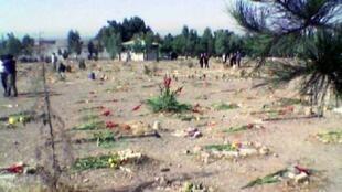 """هزاران تن از زندانیان سیاسی و عقیدتی اعدامشدهٔ زندانهای تهران در تابستان ۱۳۶۷، بصورت مخفیانه و بدون نام و نشان، در گورهای دستهجمعی در گورستان برهوت """"خاوران"""" در جنوبشرق تهران دفن شدهاند."""