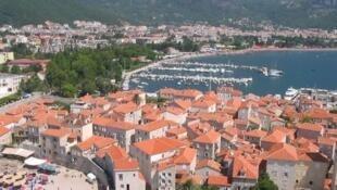 Город Будва расположен на берегу Адриатического моря.