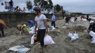Antes de abandonarem suas casas, vietnamitas tentaram protegê-las com sacos de areia.