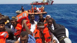 """Ảnh minh họa : Tàu Vos Hestia của tổ chức  """"Save the Children"""" cứu vớt thuyền nhân ở Địa Trung Hải, ngoài khơi Libya, ngày 15/06/2017."""