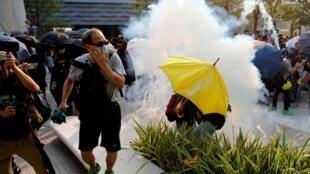Cảnh sát Hồng Kông dùng hơi cay giải tán người biểu tình tại Tiêm Sa Chủy ngày 27/10/2019.