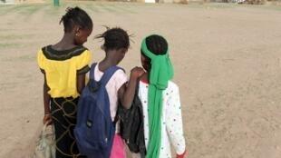 Des jeunes filles reviennent de l'école, au Sénégal (image d'illustration).