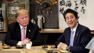 Le président américain Donald Trump s'entretient avec le Premier ministre japonais Shinzo Abe lors d'un dîner à Tokyo, au Japon, le 26 mai 2019.