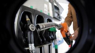 Власти Франции убрали из проекта бюджета на 2019 год повышение налогов на топливо