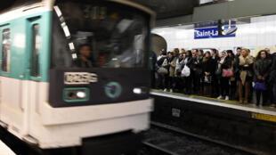 Hành khách đang chờ tàu tại ga Saint-Lazare, Paris.