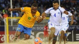 James Naka das Ilhas Salomão e Tomas Hernades do El Savador no duelo que garantiu a classificação dos salvadorenhos às quartas de final do Mundial de futebol de areia.