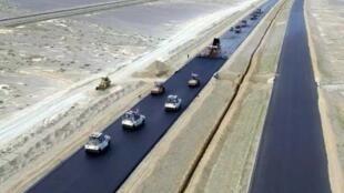 图为北京至新疆高速公路筑路图