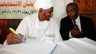 Sadiq al-Mahdi (left) talking to SPLN-N leader Yasir Arman