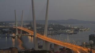 俯瞰俄羅斯為迎接亞太經合峰會在海參崴新建的跨海大橋。