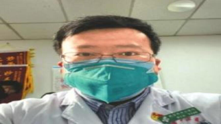 """中国官方媒体指从""""造谣者""""变""""可敬的人"""" 医生李文亮"""