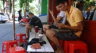 Cảnh trước một quán café Internet ở Hà Nội. Ảnh ngày 01/08/2013.