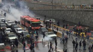 Protestation contre l'augmentation du prix de l'essence sur une autoroute à Téhéran 16 novembre 2019.