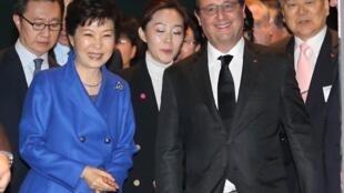 O presidente François Hollande (centro) e a presidente da Coreia do Sul, Park Geun-Hye, em Seul, 4 de novembro de 2015.