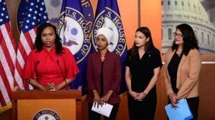 Da esquerda para a direita, as deputadas Ayanna Pressley, Ilhan Omar, Alexandria Ocasio-Cortez e Rashida Tlaib falam na entrevista coletiva convocada após as declarações racistas de Donald Trump.