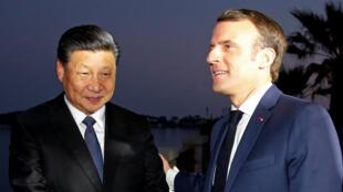 法国总统马克龙与中国国家主席习近平在蔚蓝色海岸边散步交谈