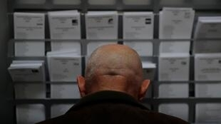 Un votant préparant son bulletin de vote.