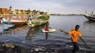 Saint-Louis, ancienne capitale du Sénégal, entre rivière et océan, souffre de l'érosion de ses côtes (décembre 2015).