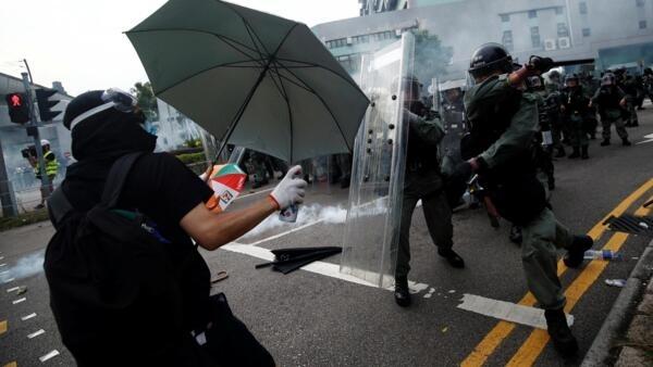 Des policiers hongkongais ont tiré des gaz lacrymogènes sur les manifestants rassemblés lors d'une mobilisation interdite, ce samedi 27 juillet.