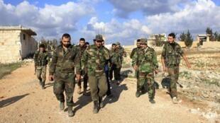 Des militaires syriens patrouillent dans le secteur d'al-Mallah après avoir repris le contrôle de cette région au nord d'Alep, le 15 décembre 2014. Ce même jour, le régime a en revanche perdu du terrain dans la province d'Idleb.