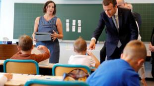 El presidente francés, Emmanuel Macron, visita una escuela en Forbach, en el este de Francia, el 4 de septiembre de 2017.