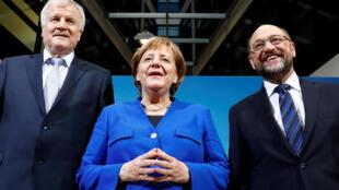 Bà Merkel (G) cùng lãnh đạo Liên Minh Xã Hội Thiên Chúa Giáo Bavaria (CSU) Horst Seehofer và lãnh đạo đảng Xã Hội Dân Chủ Martin Schulz tại trụ sở đảng Xã Hội Dân Chủ, Berlin, 12/01/2018.