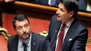 O primeiro-ministro italiano Giuseppe Conte ao lado de Matteo Salvini, em seu discurso no Senado no dia 20 de agosto de 2019.