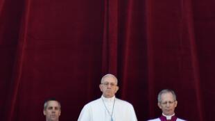 Le pape François prononçant la bénédiction « Urbi et Orbi » depuis son balcon place St-Pierre, au Vatican, le 25 décembre 2017.