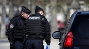 Policiais franceses multiplicam os controles para garantir o confinamento da população, mas epidemia se alastra rapidamente.
