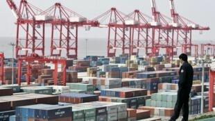 Na China, o crescimento da economia já não é tão espetacular, o comércio externo caiu, o Yuan e a Bolsa estão numa gangorra perigosa.