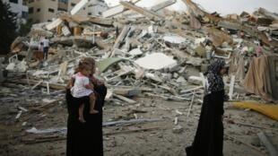 Duas mulheres observam as ruínas de suas casas em agosto de 2014, na Faixa de Gaza.