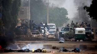 Forças sudanesas mobilizadas junto à sede do Conselho Militar de Transição. 3 de Junho de 2019. Cartum, Sudão.