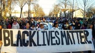 Manifestation de protestation à Minneapolis pour protester contre des brutalités policières qui ont coûté la vie au jeune Jamar Clark.