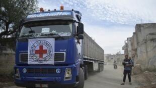 Грузовик Международного комитета Красного Креста в пригороде Хомса, Сирия, 25 апреля 2016.