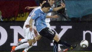 Luis Suarez enroule sa frappe et signe son doublé, 2-1 pour l'Uruguay (80e).