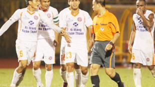 Các cầu thủ đội Xi măng Xuân Thành phản ứng với trọng tài, trong một trận đấu của V-League 2013.