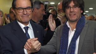 Artur Mas (L) passes the leadership of Catalonia to Carles Puigdemont, 10 January 2016.